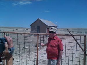 Jesse Marcel Jr. davanti al capanno nel Foster Ranch (foto M. Baiata)