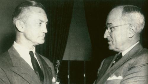 L'ammiraglio James Forrestal (a sinistra) e il presidente americano Harry Truman.