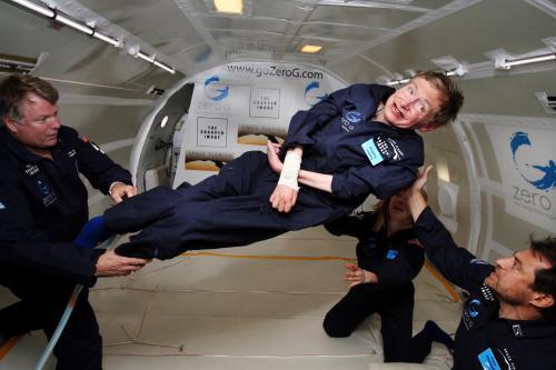 Il fisico Stephen Hawking nel modulo NASA a gravità zero. (Foto Commons Wikimedia)