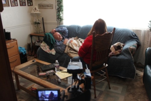 Steve Pierce surante una regressione ipnotica condotta da Yvonne Smith (photo: Lori Wagner)