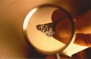 Frammento di presunto UFO consegnato da M. Wolf a P. Harris e Adriano Forgione e analizzato in Italia da C. Malanga e L. Pederzoli.
