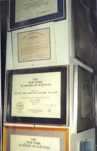 Riconoscimenti e titoli accademici del dottor Michael Wolf Kruvant, nella sua abitazione di Hartford (Connecticut).     (Foto: Paola Harris)
