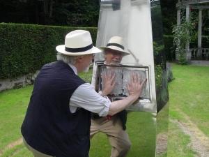 Sarfatti scherza con un'opera d'arte nel giardino di Uri Geller. (foto: Paola Harris)