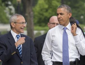 Il Presidente USA Barack Obama con l'allora consigliere della Casa Bianca,  John Podesta, a Washington, DC, il 21 Maggio 2014.        (Foto: JIM WATSON/AFP/Getty Images)