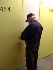 Stevens apre il box che contiene il secondo blocco del suo archivio. (Foto: Maurizio Baiata)