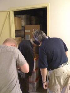 La videocamera di McClellan scruta all'interno del container. (Foto: Maurizio Baiata)