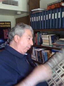 John Rao studia i contenitori di diapositive dell'archivio di Stevens. (Foto: Maurizio Baiata).