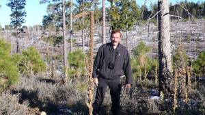 """Travis Walton, Sitgrave National Forest, sul luogo dell'incidente. Immagine tratta dal documentario """"Travis"""" che verrà presentato a Milano."""